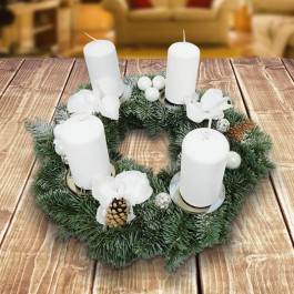 Ein Adventskranz in Weiß